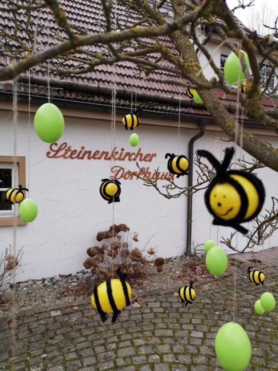 Lustige Bienen am Baum vor dem Steinenkircher Dorfhaus