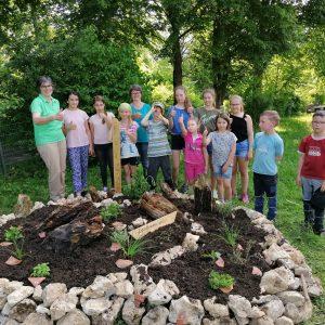 Weilemer Landfrauen mit Ihrer Junior Gruppe bei der Gartenarbeit