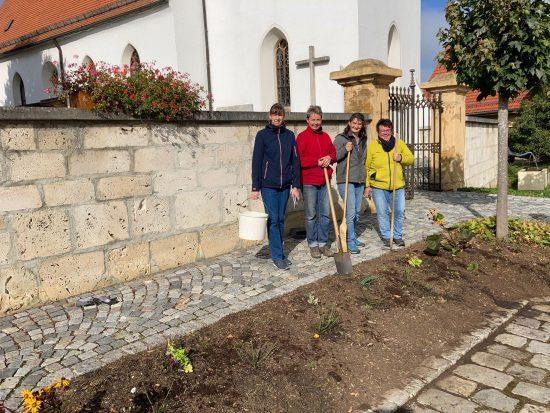 Stubersheim pflanzt erste Rosen bei der Kirche